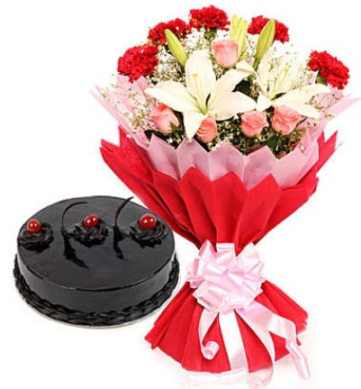 Karışık mevsim buketi ve 4 kişilik yaş pasta  Konya kaliteli taze ve ucuz çiçekler