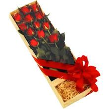kutuda 12 adet kirmizi gül   Konya uluslararası çiçek gönderme