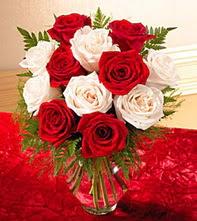 Konya çiçekçi telefonları  5 adet kirmizi 5 adet beyaz gül cam vazoda