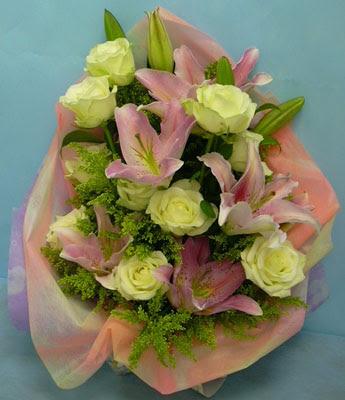11 adet gül ve 2 adet kazablanka buketi  Konya yurtiçi ve yurtdışı çiçek siparişi
