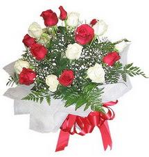Konya çiçek online çiçek siparişi  12 adet kirmizi ve beyaz güller buket