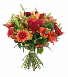 Konya 14 şubat sevgililer günü çiçek  3 adet kirmizi gül ve karisik kir çiçekleri demeti