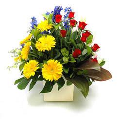 Konya çiçek gönderme sitemiz güvenlidir  9 adet gül ve kir çiçekleri cam yada mika vazoda