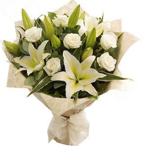 Konya çiçek , çiçekçi , çiçekçilik  3 dal kazablanka ve 7 adet beyaz gül buketi