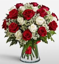 Vazoda 12 kırmızı 12 beyaz gül tanzimi  Konya çiçekçi telefonları